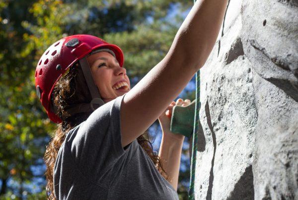 Klettern an einer Felswand