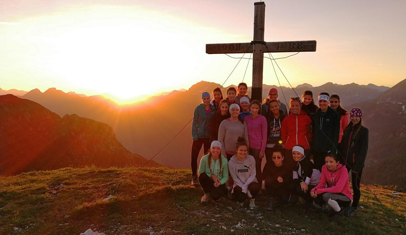 Gruppenfoto vor dem Gipfelkreuz am Bischofshofen